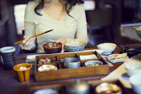 食事をするミドル女性の写真素材 [FYI02067215]