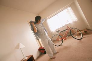 男性と自転車のある部屋の写真素材 [FYI02067220]