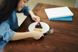 タルトを食べる女の子の写真素材 [FYI02067228]