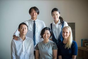 外国人女性と日本人男女のポートレートの写真素材 [FYI02067237]