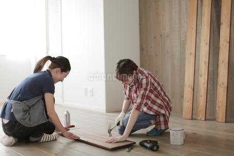 DIYを楽しむ女性2名の写真素材 [FYI02067245]