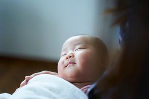 抱かれて眠る赤ちゃんの写真素材 [FYI02067260]