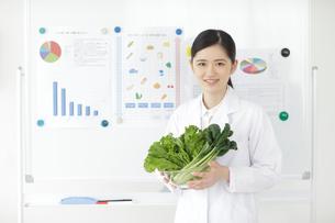 野菜を持つ栄養士の写真素材 [FYI02067263]