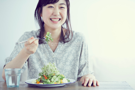 サラダを食べる女性の写真素材 [FYI02067264]