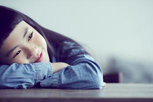 机に伏せる女の子の写真素材 [FYI02067268]