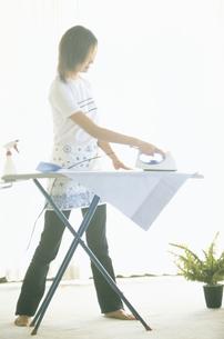アイロンをかける女性の写真素材 [FYI02067276]