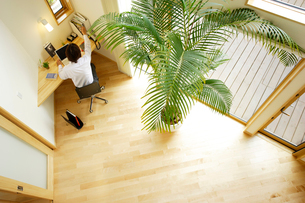 ホームオフィスでデスクに向かう男性俯瞰の写真素材 [FYI02067281]