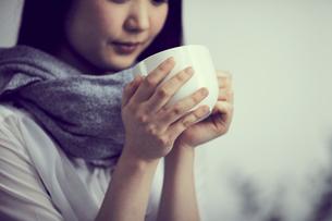 カップを持つ女性の写真素材 [FYI02067313]