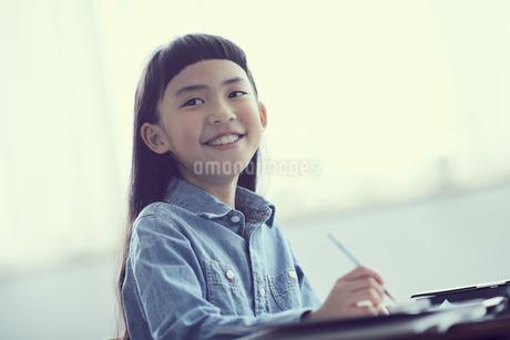 授業を受ける女の子の写真素材 [FYI02067317]
