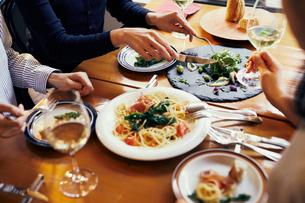 レストランでの食事の写真素材 [FYI02067321]