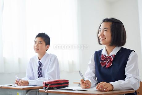 授業を受ける中学生男女の写真素材 [FYI02067328]