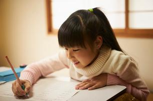 こたつで勉強する女の子の写真素材 [FYI02067330]