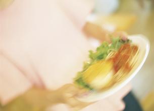 料理を運ぶ手元の写真素材 [FYI02067335]