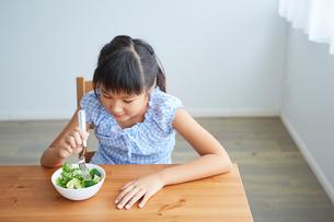 サラダを食べる女の子の写真素材 [FYI02067345]