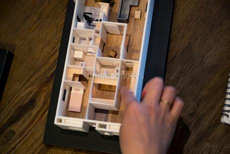 建築模型を指差す女性の手の写真素材 [FYI02067346]