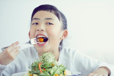 サラダを食べる女の子の写真素材 [FYI02067355]