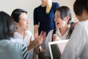 ミーティングをする外国人と日本人の写真素材 [FYI02067365]