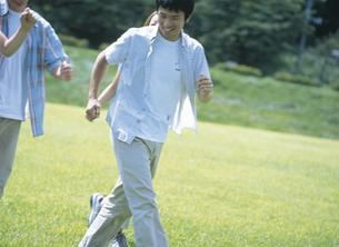 公園を走る若者達の写真素材 [FYI02067368]