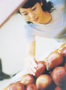 スーパーマーケットで買い物をする女性の写真素材 [FYI02067375]
