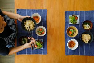 玄米ご飯の朝食を食べる女性の写真素材 [FYI02067385]