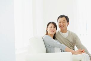 ソファに座るカップルの写真素材 [FYI02067387]