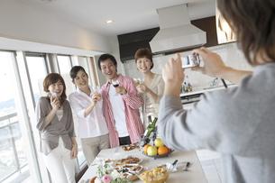 ホームパーティーで記念撮影をする若者達の写真素材 [FYI02067393]