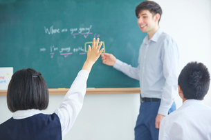 授業中の外国人講師と生徒の写真素材 [FYI02067395]