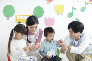 保育士と子供の写真素材 [FYI02067401]