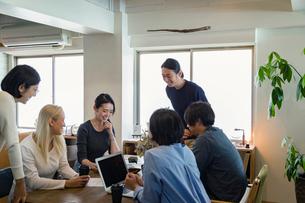 ミーティングをする外国人と日本人の写真素材 [FYI02067414]