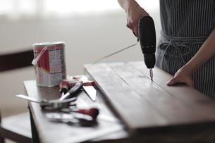 工具を使う女性の手元の写真素材 [FYI02067422]