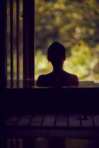 温泉に入浴するミドル女性の写真素材 [FYI02067442]