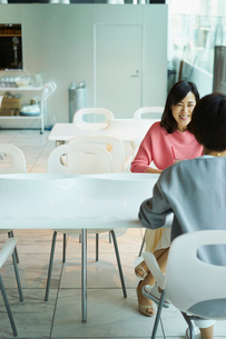 カフェで談笑する女性2人の写真素材 [FYI02067451]