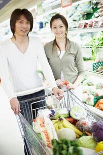 スーパーで買い物をする夫婦の写真素材 [FYI02067492]