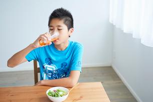 野菜ジュースを飲む男の子の写真素材 [FYI02067493]