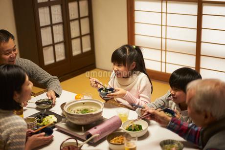 こたつで食事をする家族の写真素材 [FYI02067498]