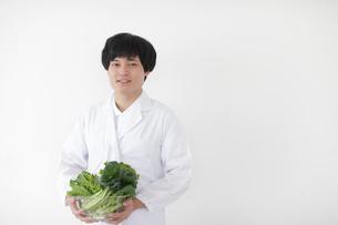 野菜を持つ栄養士の写真素材 [FYI02067513]