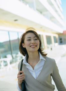 肩にバックをかけて歩くビジネスウーマンの写真素材 [FYI02067526]