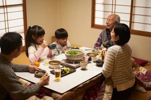 こたつで食事をする家族の写真素材 [FYI02067527]