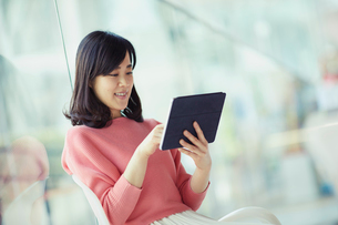 タブレットPCを見る女性の写真素材 [FYI02067533]