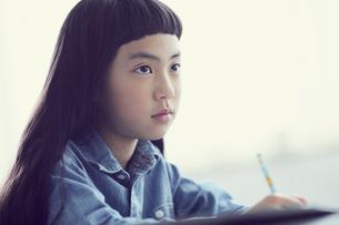 授業を受ける女の子の写真素材 [FYI02067539]