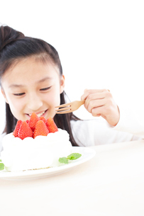 デコレーションケーキを食べる女の子の写真素材 [FYI02067552]