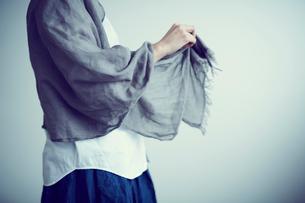 ストールを羽織る女性の写真素材 [FYI02067556]