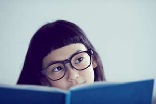本を読むメガネをかけた女の子の写真素材 [FYI02067558]