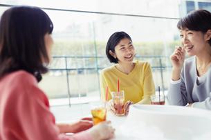 カフェで談笑する女性3人の写真素材 [FYI02067561]