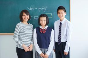外国人講師と中学生男女のポートレートの写真素材 [FYI02067564]