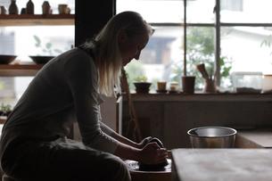 陶芸をする外国人女性の写真素材 [FYI02067571]