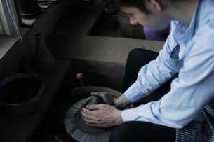 陶芸をする外国人男性の写真素材 [FYI02067574]