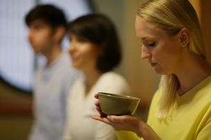 茶道体験をする外国人3人の写真素材 [FYI02067576]