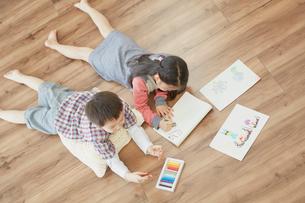 お絵描きをする男の子と女の子の写真素材 [FYI02067583]