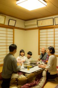 こたつで食事をする家族の写真素材 [FYI02067589]